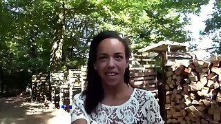 Geile deutsche Hausfrau von 2 Schwaenzen im Wald gefickt