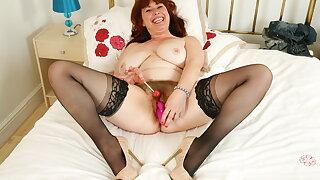 UK mature Janey fucks her hairy coochie with a lollipop