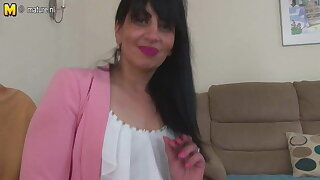 Arab mature mom from the UK with greedy cunt