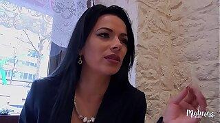 Cosmina, une mature sexy ferait tout pour le plaisir de son-in-law mari, même le tromper