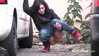 This Babe Pees In Front Of Passing Traffic!